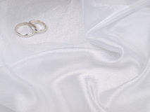 Deux boucles de mariages argentés photographie stock libre de droits