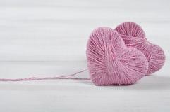 Deux boucles roses dans la forme du coeur Image stock