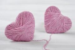 Deux boucles roses dans la forme du coeur Image libre de droits