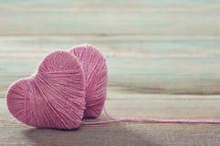 Deux boucles roses dans la forme du coeur Photos stock
