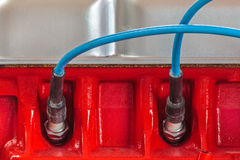 Deux bougies d'allumage sur un nouveau moteur de voiture photo stock