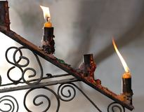 Deux bougies dans la vieille bougie Images stock