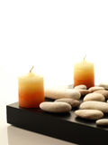 Deux bougies de station thermale avec les pierres blanches Photographie stock