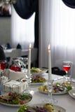 Deux bougies, restaurant table, nourriture, boissons Photos stock