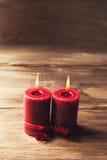 Deux bougies rouges attachées avec le ruban rouge, le symbole du jour du ` s de Valentine, imitateurs les relations des hommes et Images stock