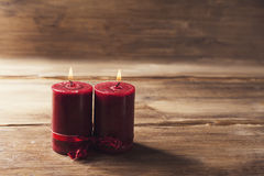 Deux bougies rouges attachées avec le ruban rouge, le symbole du jour du ` s de Valentine, imitateurs les relations des hommes et Photographie stock