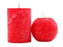 Deux bougies rouges de cire de différent de diamètre et la forme d'isolement sur le fond blanc image libre de droits