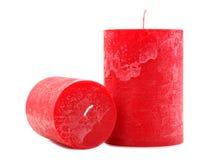 Deux bougies rouges de cire de différent de diamètre et la longueur d'isolement sur le fond blanc image stock