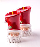 Deux bougies sous forme de Santa Claus sur le backgound en bois blanc Image stock