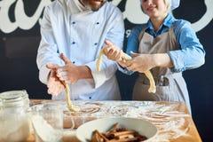 Deux boulangers faisant la pâtisserie en café images libres de droits