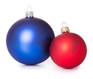 Deux boules bleues rouges de Noël Images stock