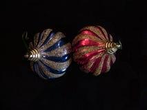 Deux boules d'arbre de Noël formées comme une ampoule Image libre de droits