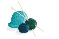 Deux boules de laine avec des aiguilles de tricotage et de chapeau d'isolement sur le petit morceau Image stock