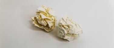 Deux boules de papier chiffonnées jaunes centrales dans l'image Photographie stock libre de droits