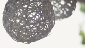Deux boules en osier blanches accrochantes en tant que décoration extérieure de Chambre de mariage banque de vidéos