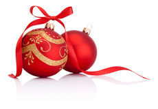 Deux boules rouges de décoration de Noël avec l'arc de ruban  Image stock