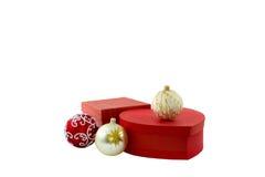 Deux boules rouges et de boîte-cadeau Blanc d'isolement Photographie stock libre de droits