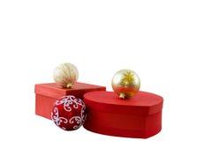 Deux boules rouges et de boîte-cadeau Blanc d'isolement Photo stock