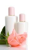 Deux bouteilles cosmétiques avec se sont levées Photo stock