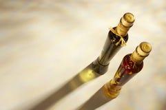Deux bouteilles d'huile d'olive Photos stock
