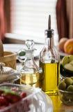 Deux bouteilles d'huile d'olive Images libres de droits