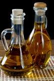 Deux bouteilles d'huile d'olive sur la table Image stock