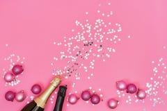Deux bouteilles de Champagne avec des ornements de Noël sur le backgroun rose photographie stock