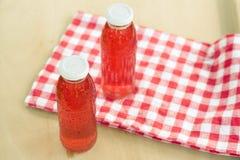 Deux bouteilles de froid ont cuit le fruit des baies assorties Image libre de droits