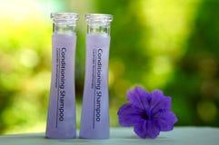 Deux bouteilles de shampooing de traitement Images libres de droits