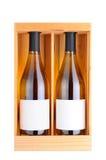 Deux bouteilles de vin blanc dans le cas en bois Photo stock
