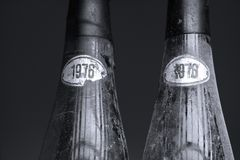 Deux bouteilles de vin de Murfatlar très vieilles, d'isolement Photo libre de droits