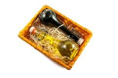 Deux bouteilles de vinaigre de vin et d'huile d'olive dans un boîte-cadeau Image stock