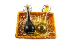 Deux bouteilles de vinaigre de vin et d'huile d'olive dans un boîte-cadeau Photos libres de droits