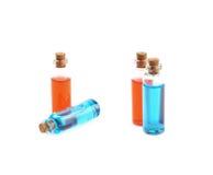Deux bouteilles remplies de liquide coloré Photos stock