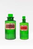 Deux bouteilles victoriennes vertes antiques de pharmacie Photographie stock