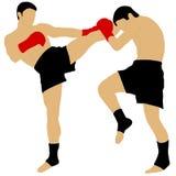 Deux boxeurs combattant avec le coup-de-pied élevé Photos stock