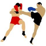 Deux boxeurs combattant avec le coup-de-pied élevé Photographie stock libre de droits