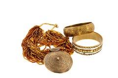 Deux bracelets en bronze et un collier Photographie stock libre de droits