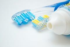 Deux brosses à dents et un tube Photographie stock