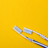 deux brosses à dents sur le fond jaune Photo libre de droits