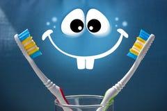 Deux brosses à dents sur un fond et un blanc bleus sourient Image stock