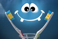 Deux brosses à dents sur un fond et un blanc bleus sourient Photographie stock