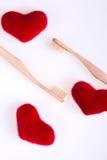 Deux brosses dentaires beiges avec les coeurs rouges sur le fond blanc D'isolement Amour Jour de Valentine Vue supérieure Image libre de droits