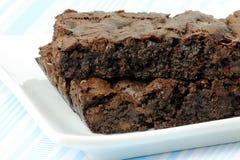 Deux 'brownie' végétaliens d'une plaque blanche Photographie stock libre de droits