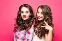 Deux brunes magnifiques souriant à la caméra Portrait des beautés renversantes photo libre de droits