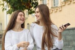 Deux brunes rient heureusement pendant une conversation Photos libres de droits