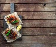 Deux bruschettes avec la vue supérieure grillée d'aubergine et de paprikas, endroit pour le texte Images stock