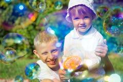 Deux bulles de coup d'enfants Images stock