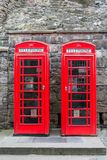 Deux cabines téléphoniques britanniques rouges de l'avant Photo libre de droits