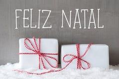 Deux cadeaux avec la neige, Feliz Natal Means Merry Christmas Photographie stock